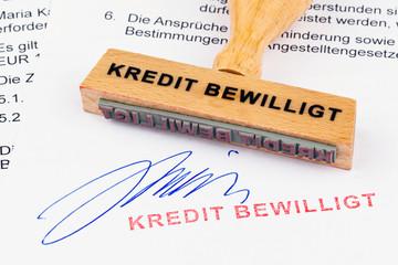 Holzstempel auf Dokument: Kredit bewilligt
