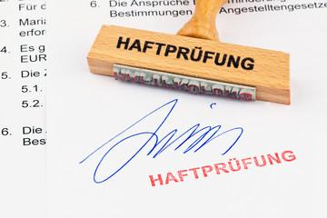 Holzstempel auf Dokument: Haftprüfung