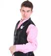 симпатичный официант в розовой футболке