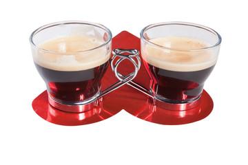 Tazas de café sobre corazón rojo