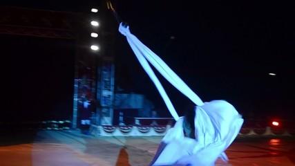 circo, un uomo vola come un angelo