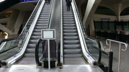 se dépêcher dans l'escalator