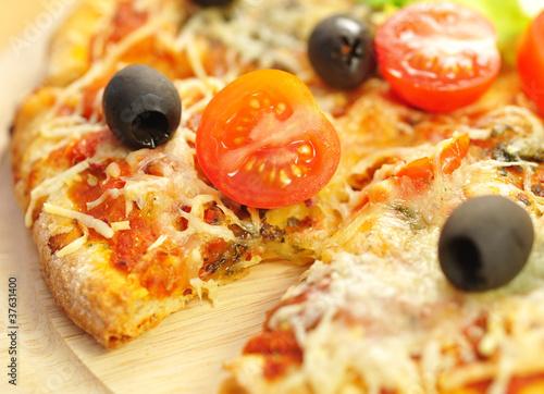 Pizza mit Tomaten und Oliven