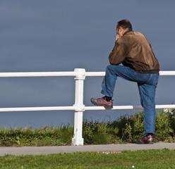 Hombre  pensativo mirando al horizonte
