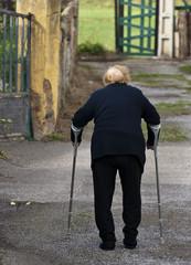 Anciana con muletas
