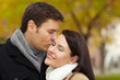 Mann küsst Frau im Park