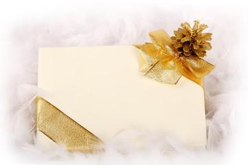Pacco regalo con nastro e pigna colore oro