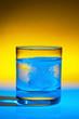 Tablette löst sich in Wasserglas auf