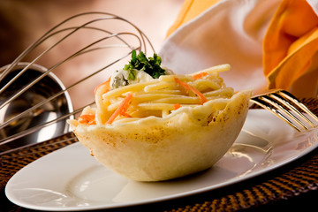 Bucatini al Gorgonzola in cialda di parmiggiano