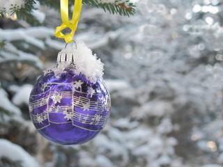 Weihnachtskugel im Winterwald