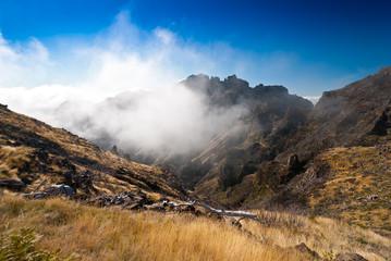 Wolken hängen im Berg