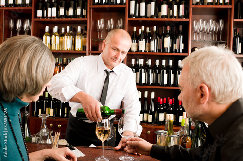 Wine Bar wyższych para barman wlać szkła