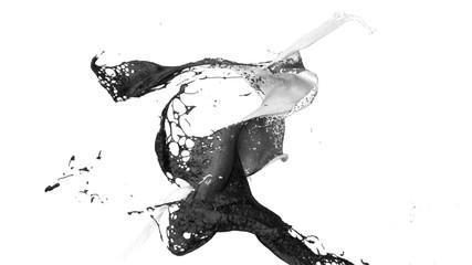 weiße und schwarze Farbe prallt in Zeitlupe aufeinander