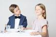 Kinder zu Tisch a