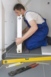 Heizungsinstallateur bei der Arbeit