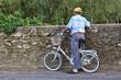 Anziano con bicicletta