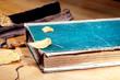 Altes Buch liegt auf dem Tisch