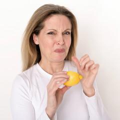 reife Frau versucht Zitrone