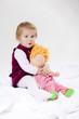 kleines Mädchen kuschelt mit Puppe