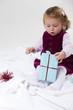 kleines Kind freut sich über Geschenk