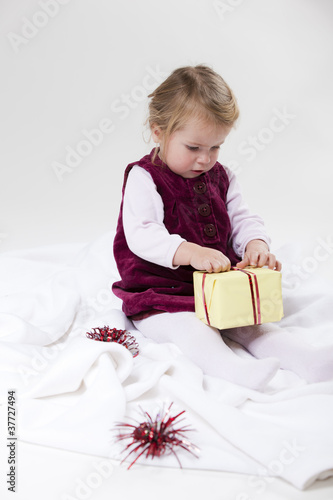 Kind packt Geschenk aus