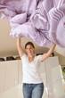 Junge Frau macht Bett