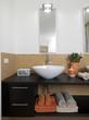 dettaglio del lavabo su piano di legno e mosaico