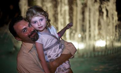 Papà con figlia vicino alla fontana