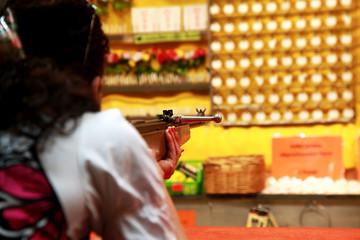 Oktoberfest - Schießbude - Waffe im Anschlag