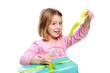 Mädchen verpackt ein Geschenk