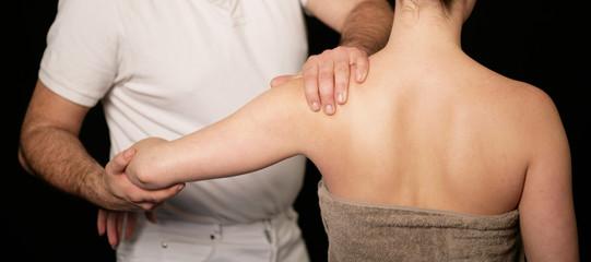 Frau beim Chiropraktiker