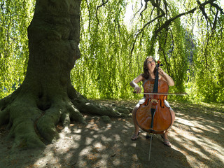 Cellistin im Park