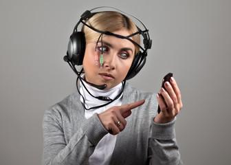 Девушка в наушниках с телефоном