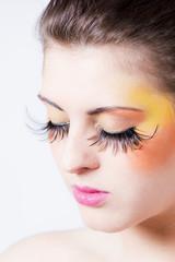 schönes Make-up mit künstlichen Wimpern