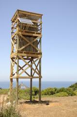 Torre de madera con paneles solares.