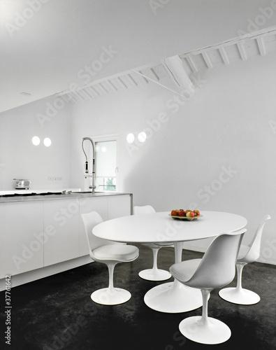 Sedie bianche intorno al tavolo ovale in cucina moderna for Sedie bianche cucina