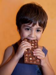 bambino mangia stecca di cioccolato