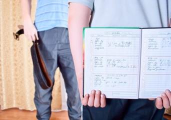 мальчик прячет дневник с плохой оценкой