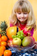 Mädchen sucht Obst aus