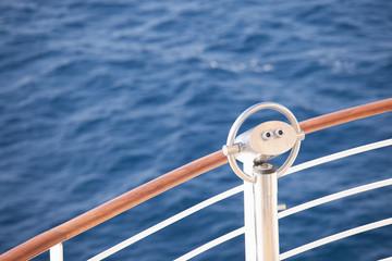 Fernrohr auf einem Kreuzfahrtschiff
