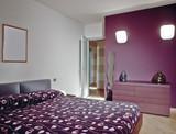 camera da letto moderna con parete viola