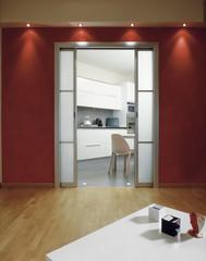 scorcio della cucina vista dal soggiorno con pareti rosse