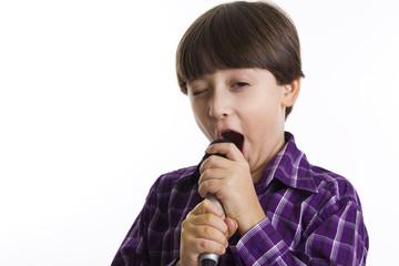 Piccolo bimbo che canta con passione