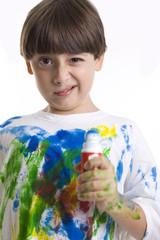 bambino che fà i pasticci con i colori