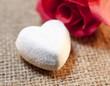 Quadro coeur et  fleur de rose rouge sur lin