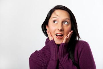 überraschte Frau schaut nach links