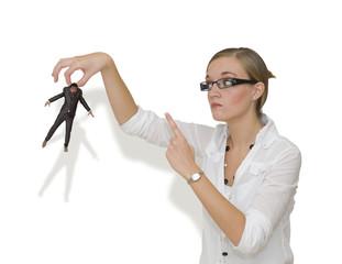 Femme menacant un homme en le tenant du bout des doigts