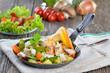 Gemüse-Fisch-Pfanne mit Beilagensalat