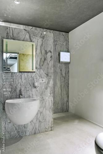 Bagno moderno con rivestimento e pavimento di marmo - Rivestimento bagno in marmo ...