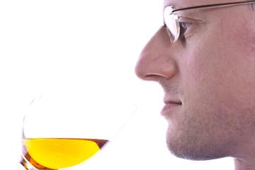 Mann tut Wein geniessen